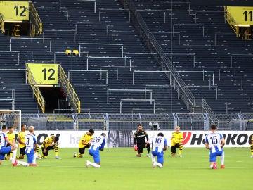 La Bundesliga hinca la rodilla contra el racismo y la muerte de George Floyd