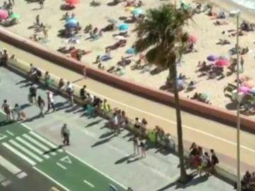Largas colas en la playa Santa María de Cádiz
