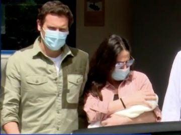 Rivera y Malú saliendo del hospital