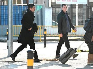 El mayor de los Mossos d'Esquadra Josep Lluís Trapero (izq) llega al juzgado de la Audiencia Nacional el pasado mes de febrero.