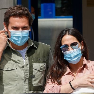 Malú y Albert Rivera a la salida del hospital