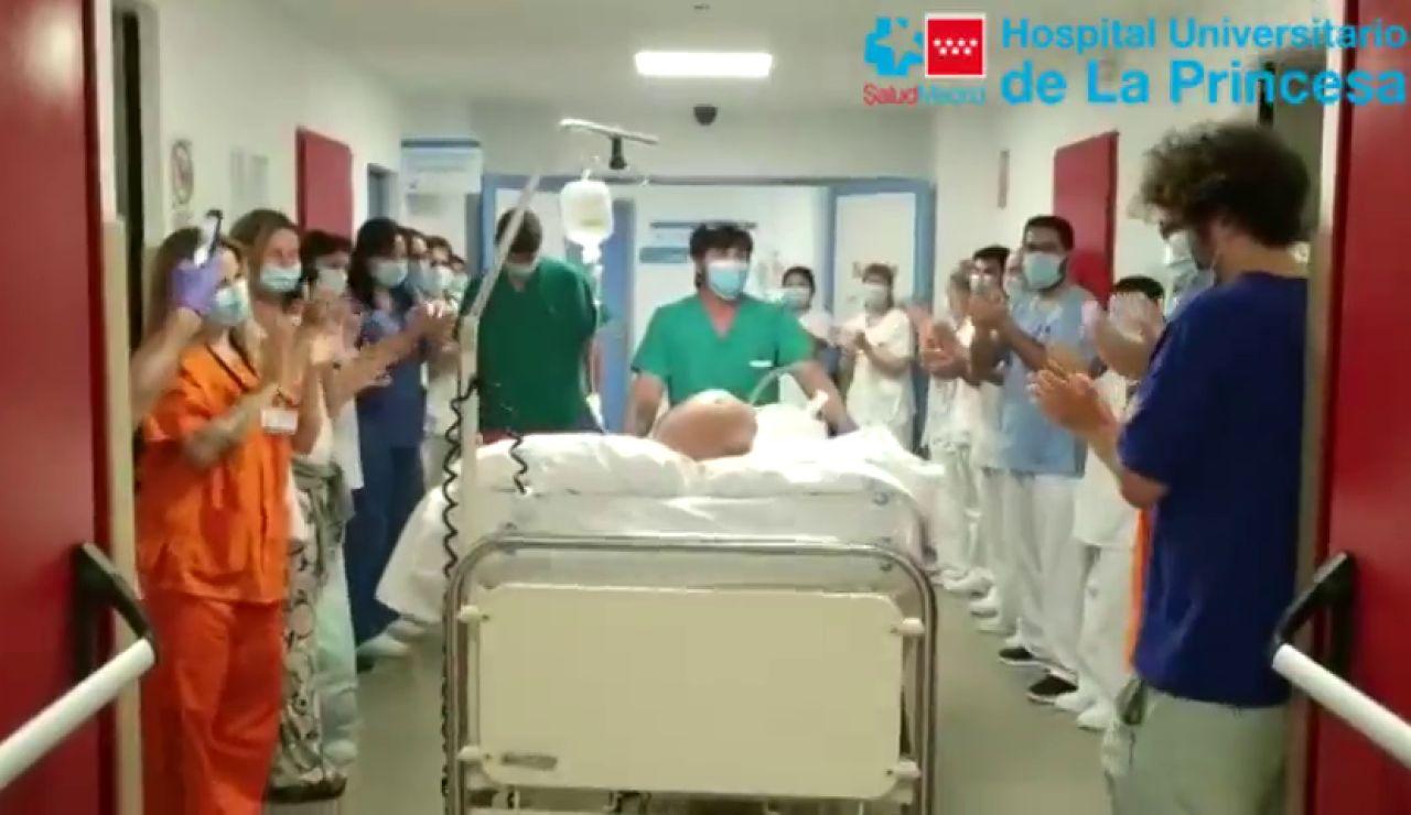 Aplausos para un paciente que ha pasado 80 días en la UCI por el coronavirus en Madrid