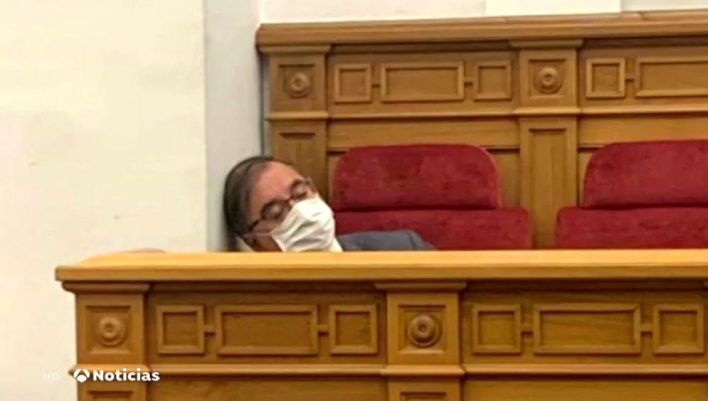 La imagen de la polémica del diputado Fernando Mora en el Parlamento de Castilla La Mancha: ¿dormido o sufrió un mareo?
