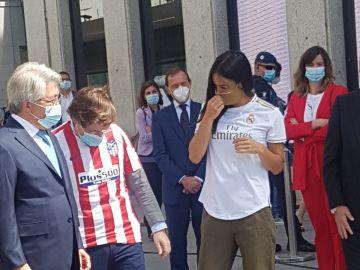 Almeida y Villacís con las camisetas de Atleti y Real Madrid