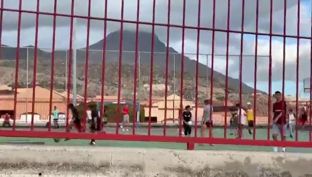 Jugando al baloncesto sin control de aforo o istanciamiento frente al coronavirus, en una cancha de Tenerife