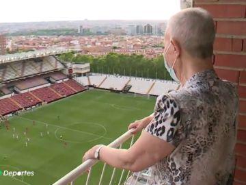 """Así vivió Inma, aficionada del Rayo, la vuelta del fútbol desde su balcón en Vallecas: """"¡Rayito, a por todas!"""""""