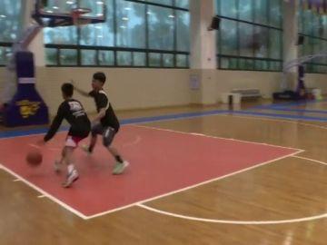 Zhang Jiacheng, el niño de 14 años que juega al baloncesto con un solo brazo e impresiona a Stephen Curry