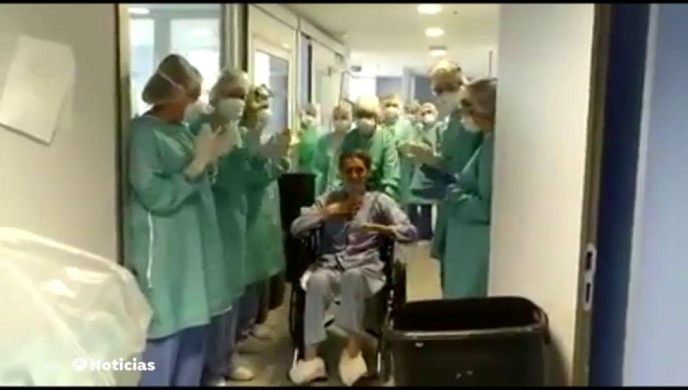 Así abandona un hombre de 46 años la UCI del hospital de Alcázar de San Juan tras 80 días ingresado por coronavirus