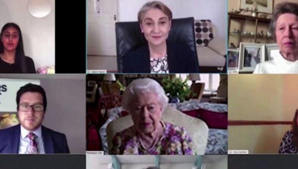La reina Isabel II participa en su primera videollamada por la pandemia de coronavirus