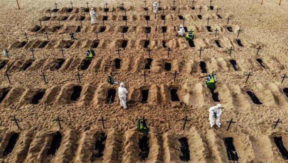 Playa de Copacabana convertida en un cementerio