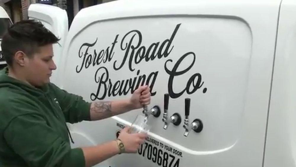 Un cervecería envía pintas a domicilio en un 'pub sobre ruedas' en Reino Unido