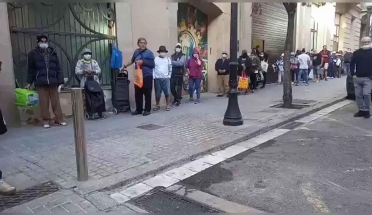 La parroquia de Santa Anna de Barcelona no da abasto ante las largas colas de personas que acuden a pedir comida