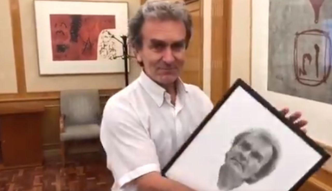 Fernando Símón con un retrato del autor Pepe García