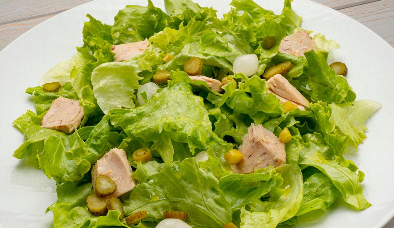 Receta de ensalada de lechuga, bonito y encurtidos