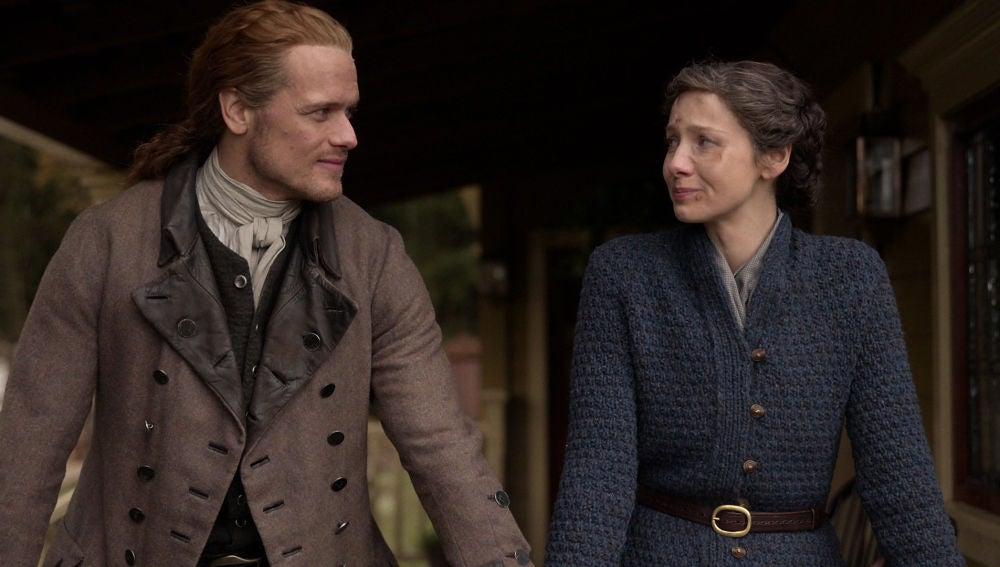 Sam Heughan y Caitriona Balfe como Jamie y Claire al final de la temporada 5 de 'Outlander'