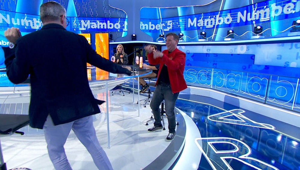 Carlos Latre y Boris Izaguirre se dejan llevar por el ritmo de 'Mambo Number 5' en 'La Pista'