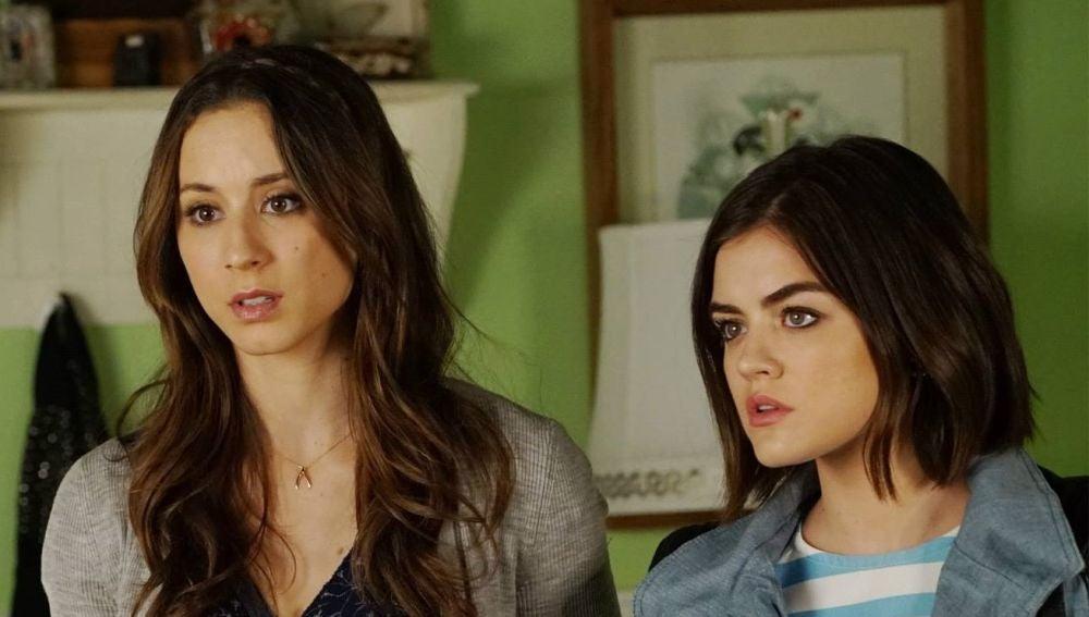 Troian Bellisario y Lucy Hale como Spencer y Aria en 'Pretty Little Liars'