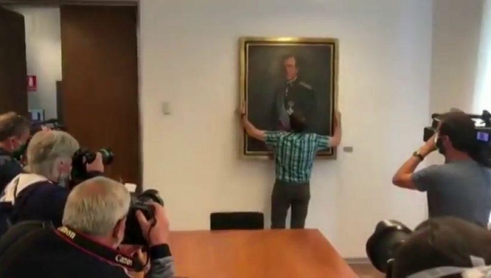 Retiran el retrato del rey Juan Carlos del Parlamento de Navarra ...