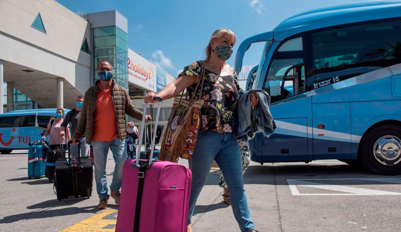 Una pareja de turistas alemanes a su llegada este lunes al aeropuerto de Palma