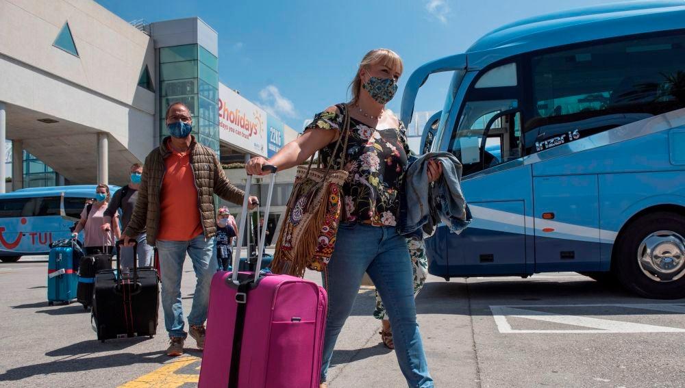 Una pareja de turistas alemanes a su llegada al aeropuerto de Palma el pasado 15 de junio