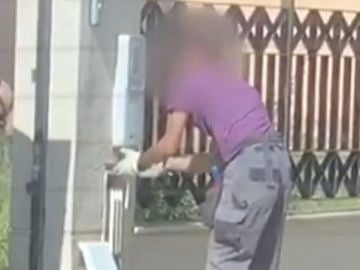 Graba como cuatro personas okupan su casa en Sevilla