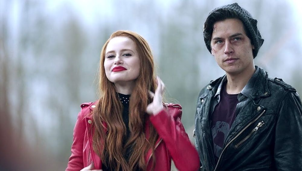 Madelaine Petsch y Cole Sprouse en 'Riverdale'