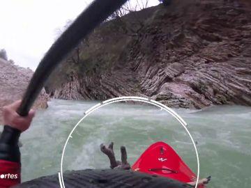 Unos kayakistas salvan a un ciervo de morir ahogado en pleno descenso