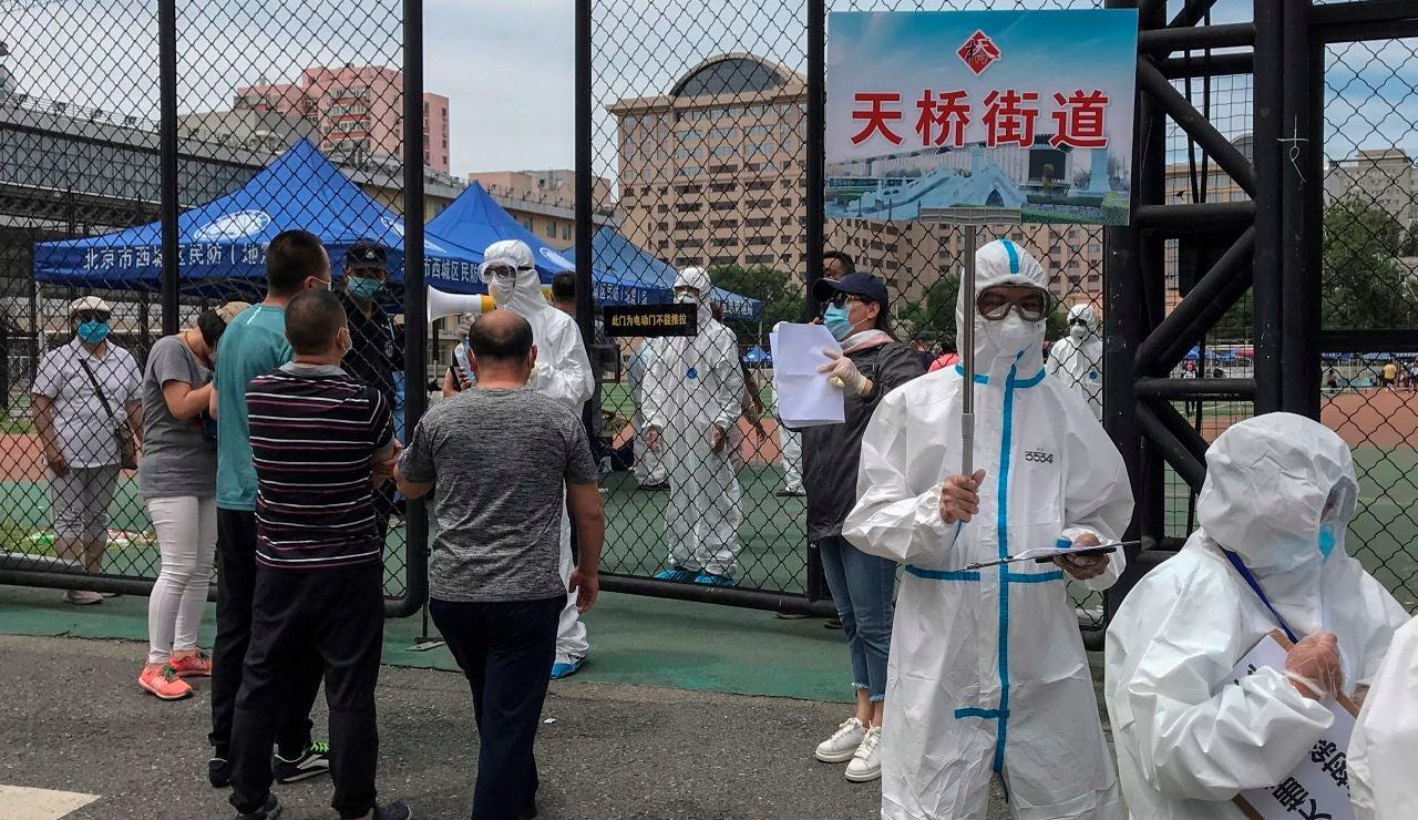 China sospecha que el brote de coronavirus de Pekin se originó por el salmón importado desde Europa