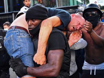 Patrick Hutchinson salvando la vida de un hombre blanco en Londres