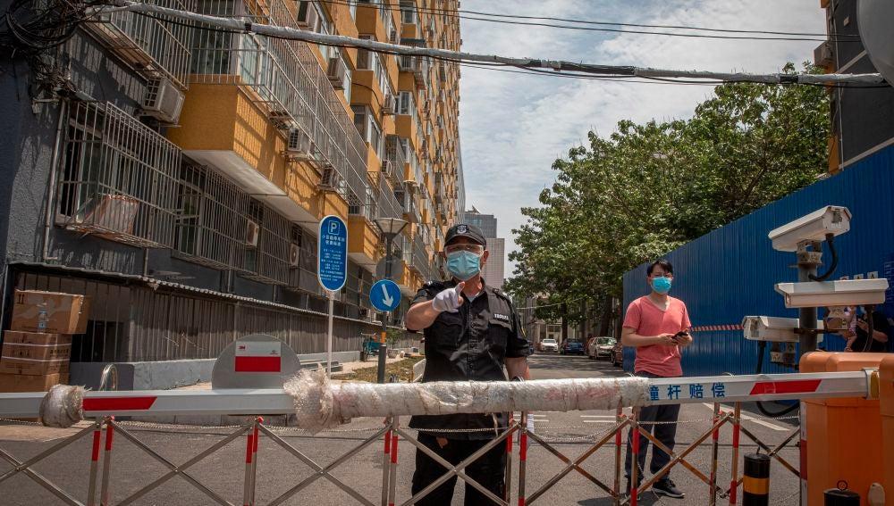 Un policía, en un control de entrada en la ciudad de Pekín