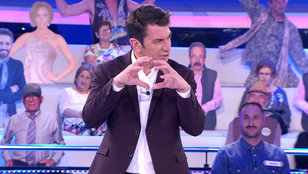 La llamativa reacción de Arturo Valls ante el fallo estrepitoso de una concursante en '¡Ahora caigo!'