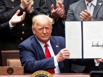 El presidente de EEUU, Donald Trump, firma un decreto en la Casa Blanca.