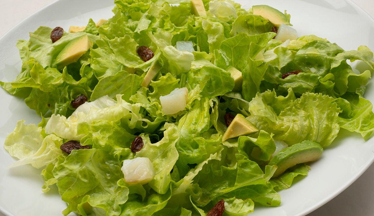 Receta de ensalada de lechuga, bacalao y aguacate