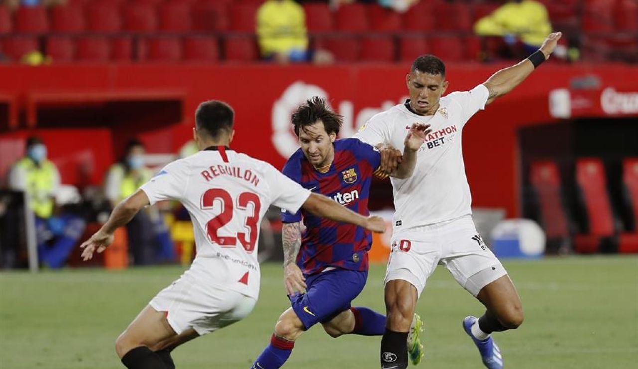 Diego Carlos y Reguilón contra Messi