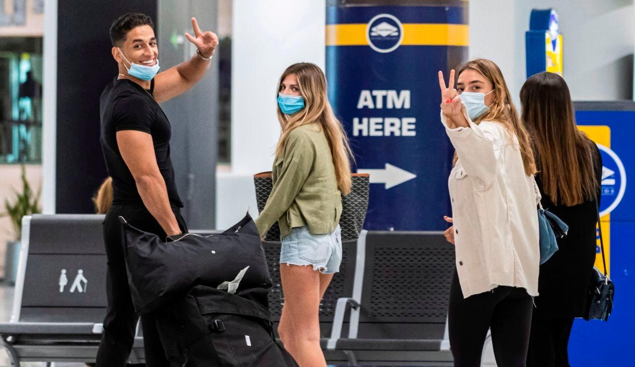 Viajeros ataviados con mascarillas a su llegada al Aeropuerto de Palma de Mallorca