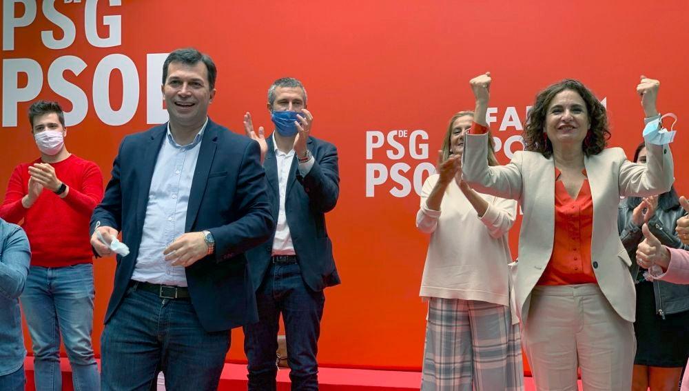 La ministra de Hacienda, María Jesús Montero y el candidato del PSdeG-PSOE a la Xunta de Galicia, Gonzalo Caballero, durante el acto de precampaña que han celebrado esta mañana los socialistas gallegos en la localidad pontevedresa de Vilagarcía.