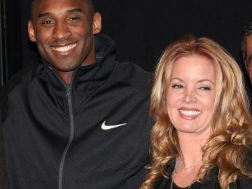 Kobe Bryant junto a Jeanie Buss
