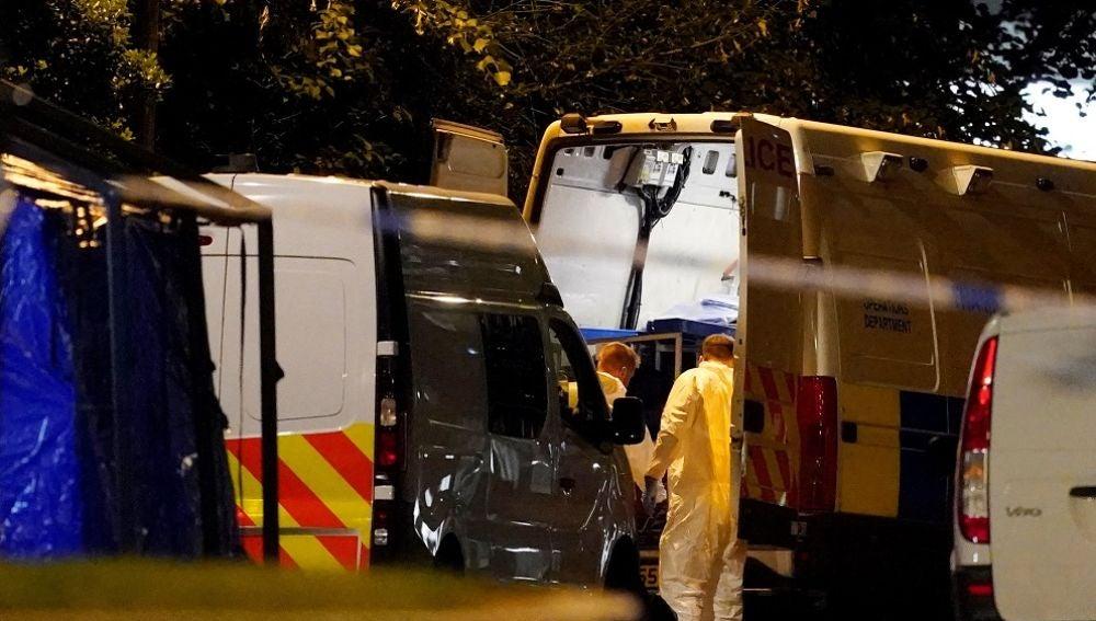 Imagen de ambulancias en el lugar donde tres personas han sido apuñaladas en Reading