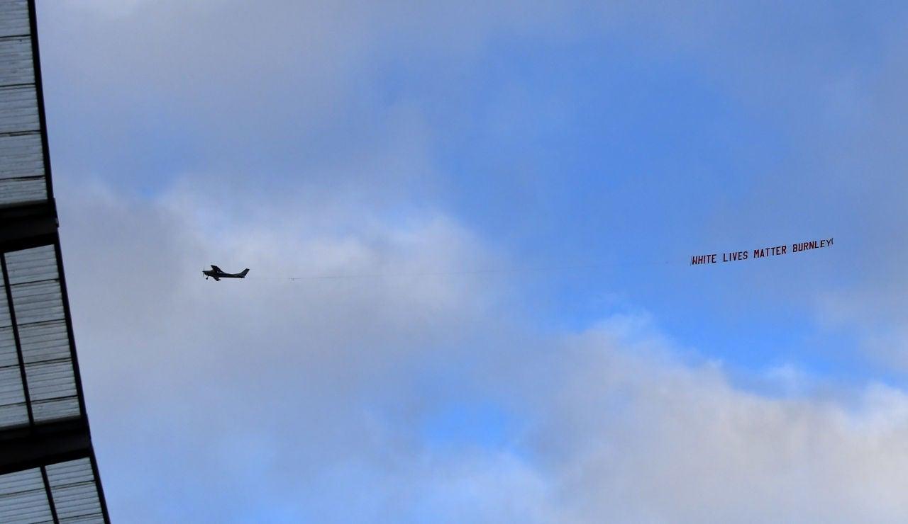 Una avioneta sobrevuela el Etihad con un mensaje racista durante el Manchester City - Burnley