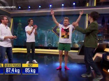 ¡Sin pantalones! Así se ha pesado El Monaguillo para evitar cortarse el tupé en directo en 'El Hormiguero 3.0'