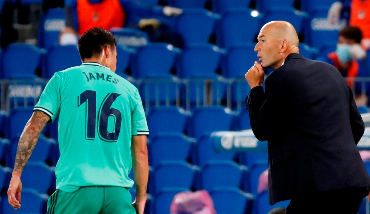 Zidane habla con James durante el partido ante la Real Sociedad
