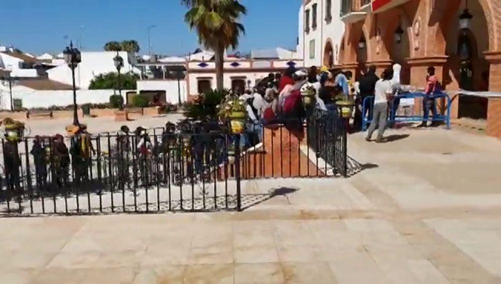 Un bulo sobre el Ingreso Mínimo Vital provoca largas colas de inmigrantes frente a ayuntamientos de Huelva como en Palos de la Frontera