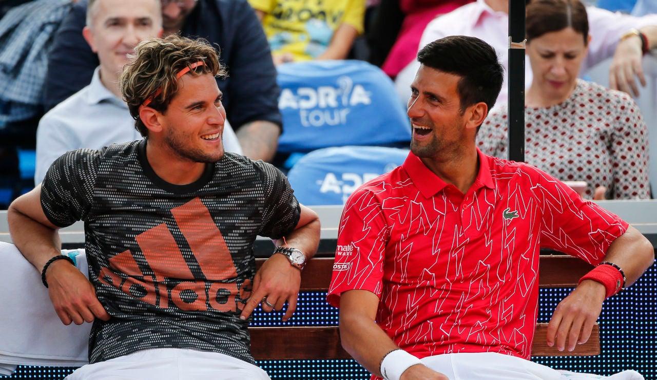 Novak Djokovic bromea con Dominic Thiem