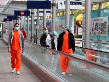 Foto de archivo de varios sanitarios en el Hospital de Ifema de Madrid durante la epidemia de coronavirus