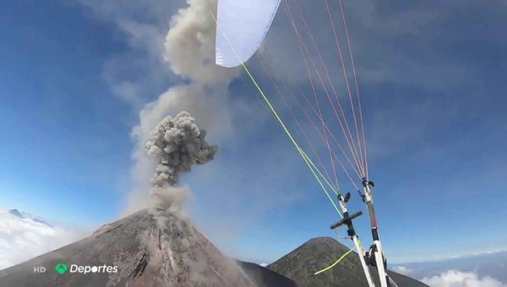 """Horacio Llorens, el parapentista que quiere sobrevolar el Volcán de Fuego """"en erupción y de noche"""""""