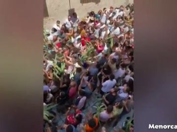 Concentración sin mascarillas en Ciutadella para celebrar las fiestas de San Juan suspendidas por el coronavirus