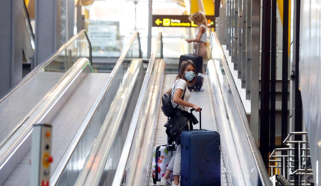 Una pasajera la zona de llegadas de la Terminal 4 de Barajas