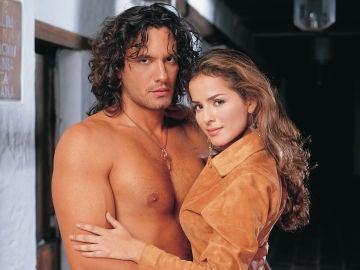 Danna García y Mario Cimarro en 'Pasión de Gavilanes' como Norma Elizondo y Juan Reyes