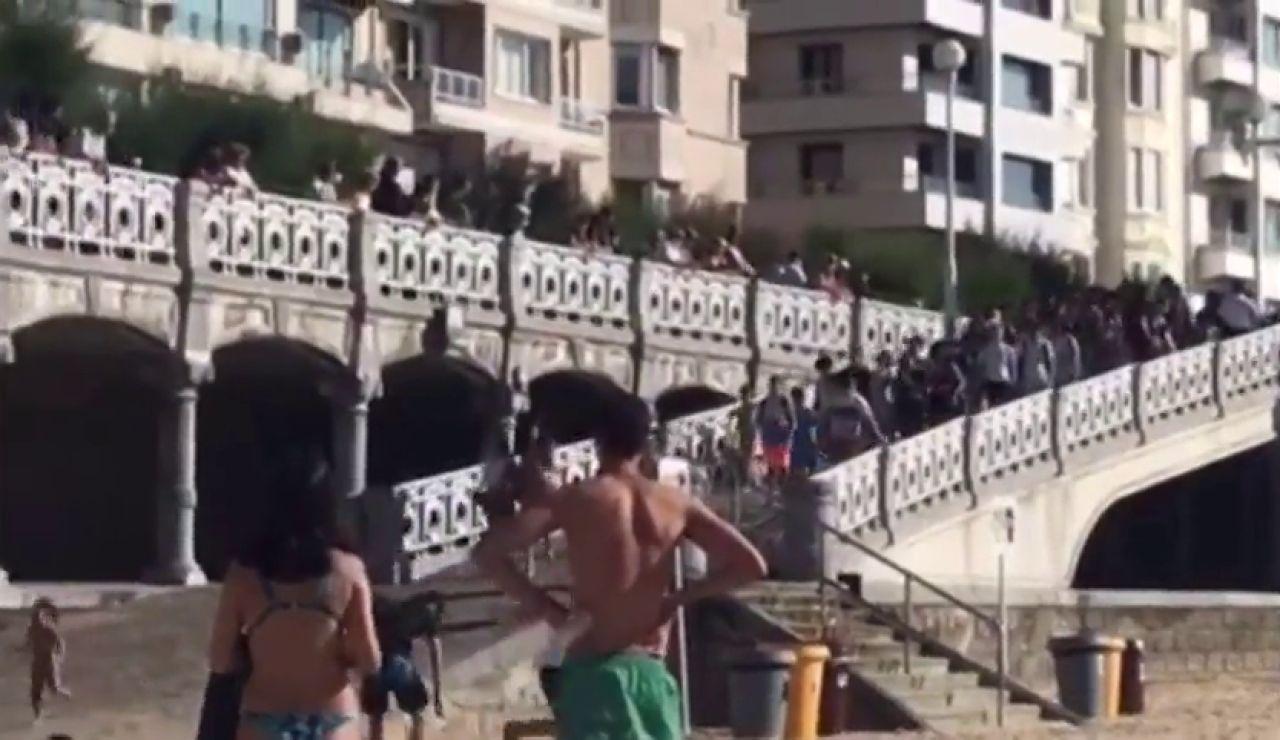 La sorprendente imagen de la multitud que aprovecha la marea baja y se amplía el aforo en la playa de la Concha