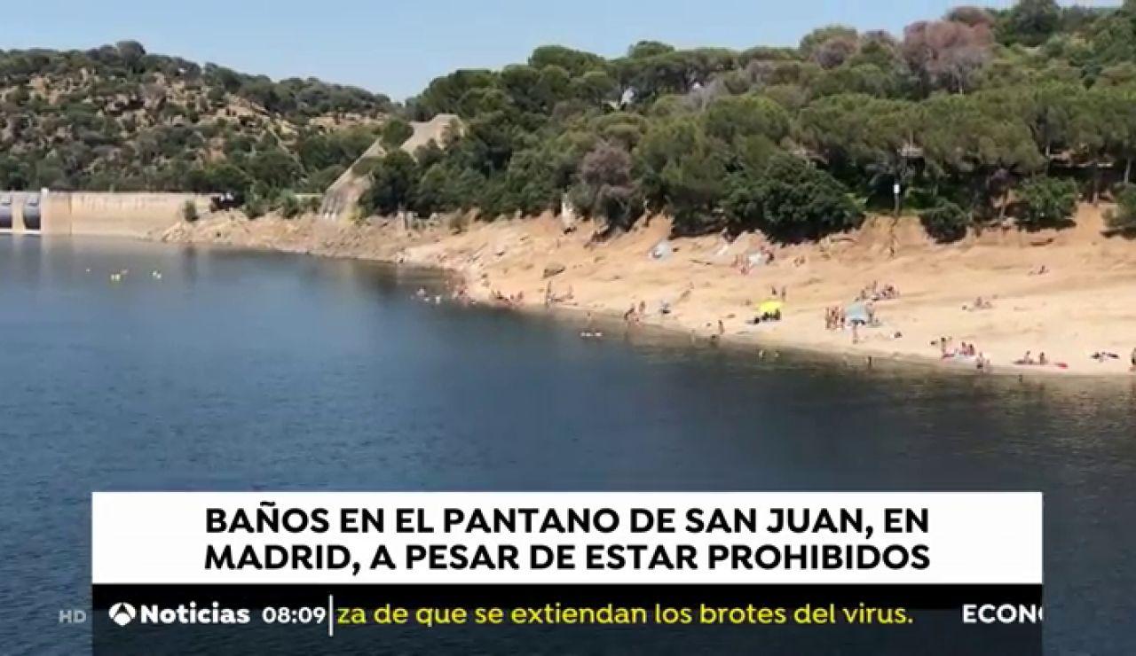 Decenas de personas se saltan la prohibición y acuden a bañarse al pantano de San Juan